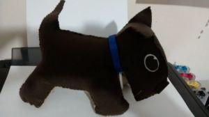 cachorrinho de feltro de perfil